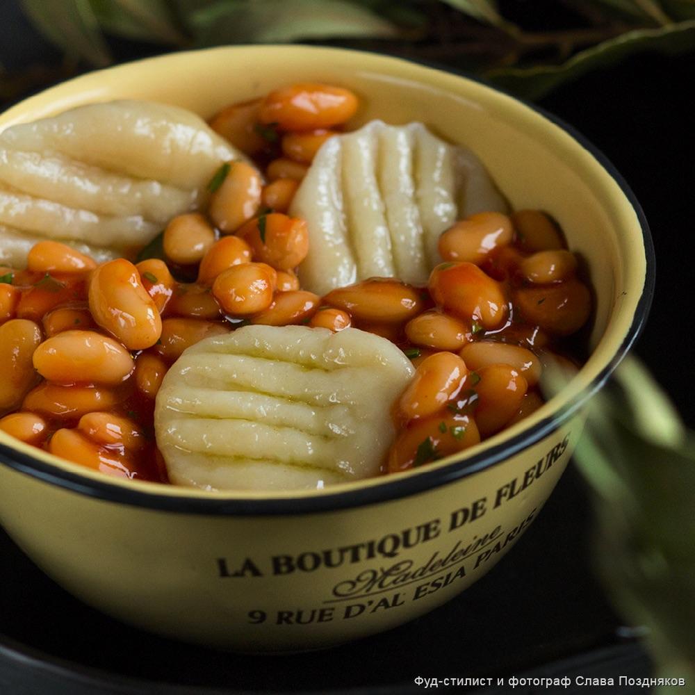 Картофельные ньокки с насыщенным томатным соусом и фасолью
