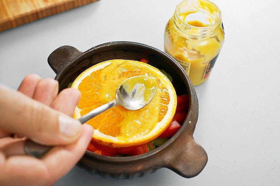 Телятина с красным перцем и апельсинами в горшочке
