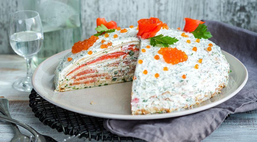 Блинный пирог с лососем и мягким сыром