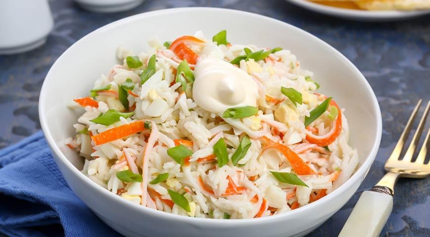 Салат с крабовыми палочками, кукурузой и рисом