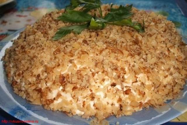Салат слоеный мясной с орехами