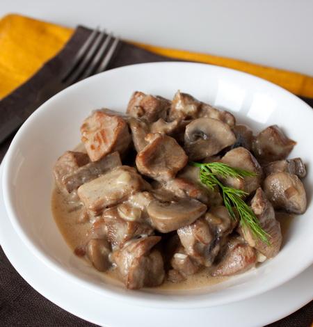 Индейка, тушенная с грибами и сметаной