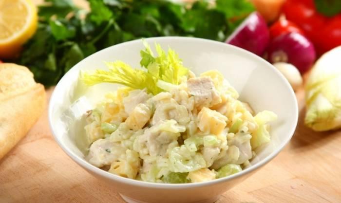 Салат с сельдереем, курицей и грибами