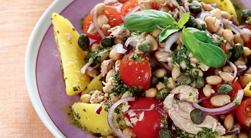 Теплый салат с тунцом и брынзой