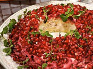 Салат из копченой курицы и свеклы с грецкими орехами