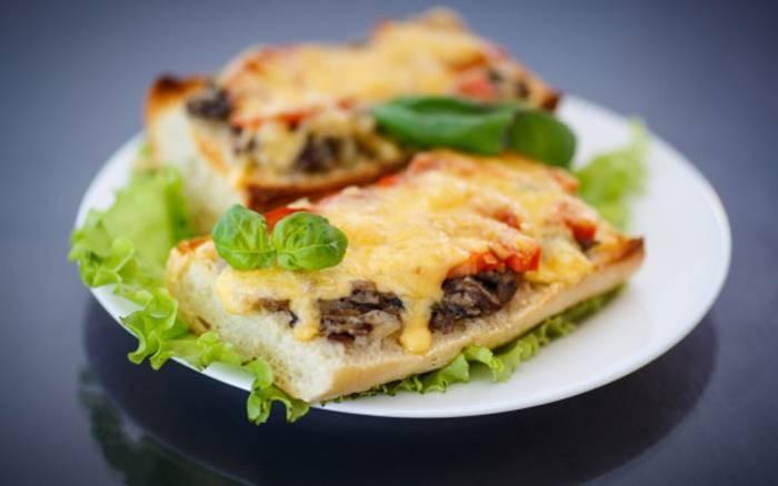 Горячие бутерброды с грибами и колбасой