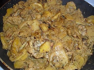 Картофель, тушеный с мясом в сметане