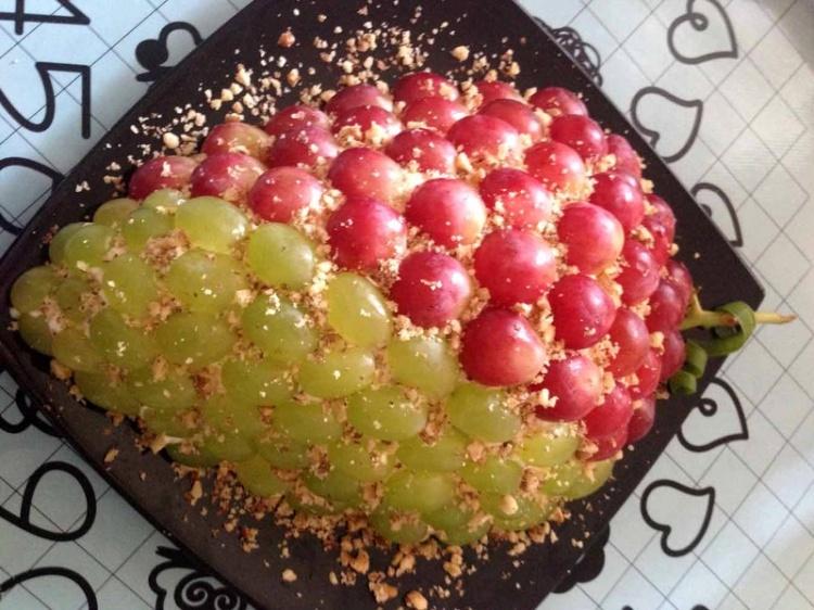 Салат с виноградом «Новогодний шарм»