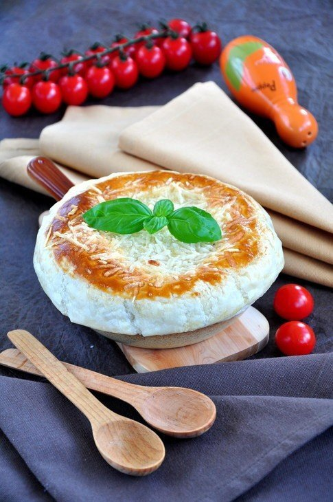 Порционный пирог из сёмги, грибов и риса на сковороде