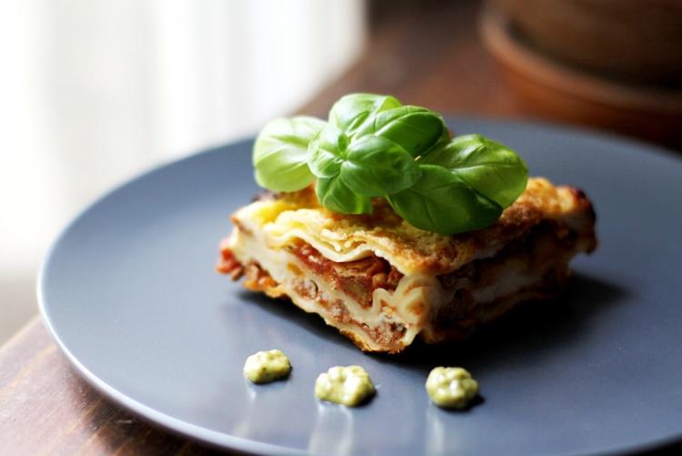 Мясная лазанья с грибами и соусом бешамель