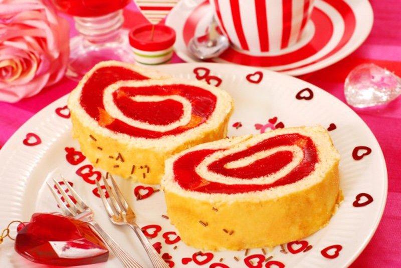 Бисквитный рулет с желе на День Валентина