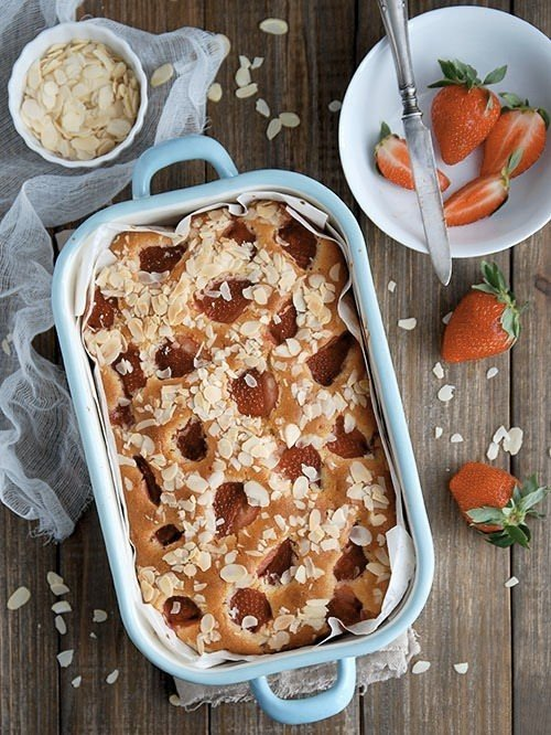 Пирог с клубникой и взбитыми сливками