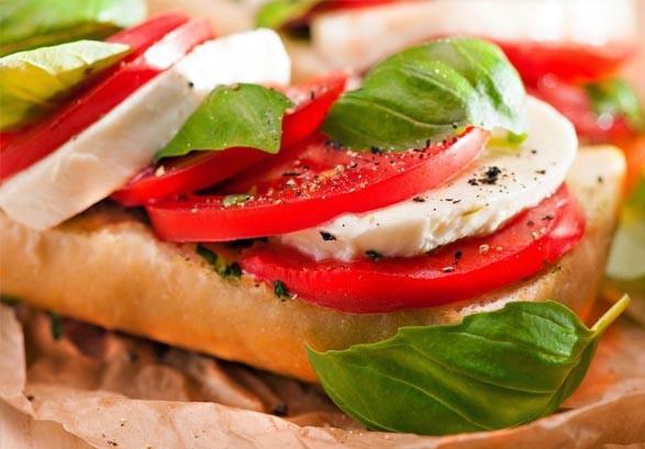 Бутерброды с сыром моцарелла, рукколой и помидорами