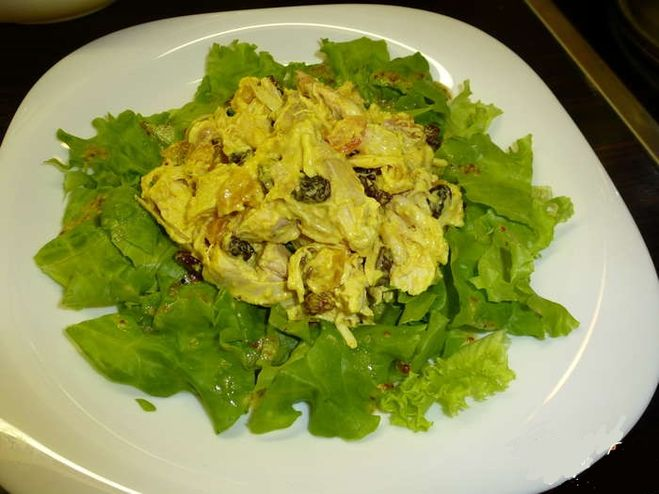 Салат из курицы с сухофруктами