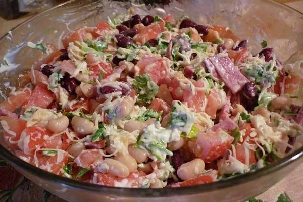 Салат «Обжора» с курицей и фасолью
