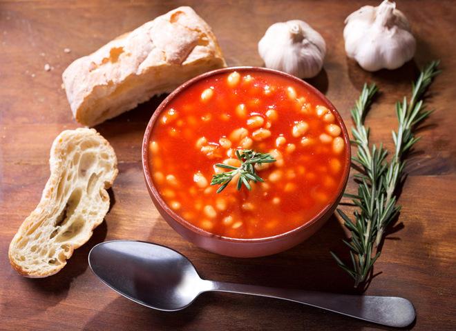 Постная фасоль в пряном томатном соусе