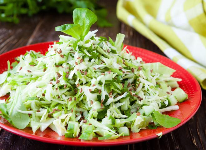 Салат из молодой капустой и огурцом