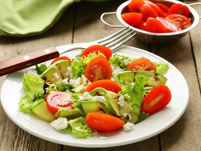 Рецепт салата из кабачков, помидоров и козьего сыра