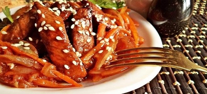 Свинина в кисло-сладком соусе с кунжутом