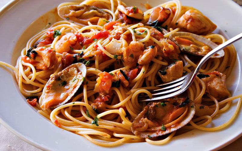 Спагетти с осьминогами, креветками и морскими гребешками