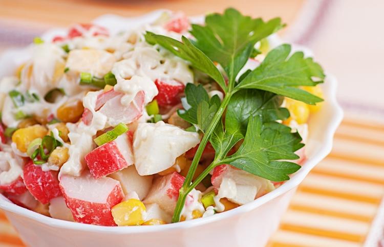 Крабовый салат из крабовых палочек