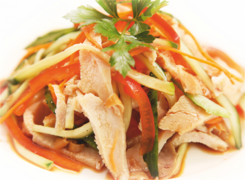 Куриный салат с огурцами под соевым соусом