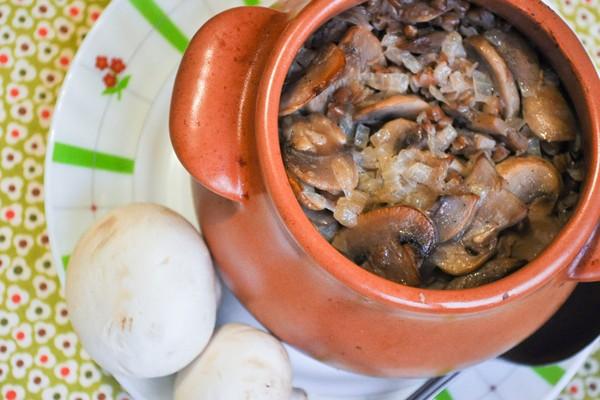 Классическая гречка с грибами в горшочке