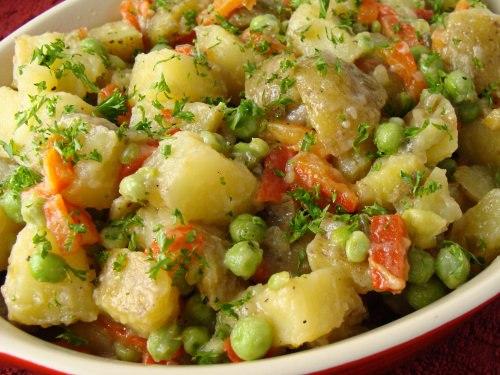 Картофель с консервированной ветчиной и зеленым горошком