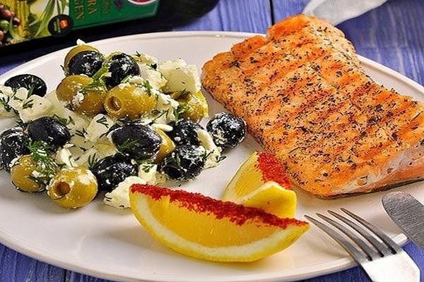 Сёмга на гриле и оливковый салат с фетой