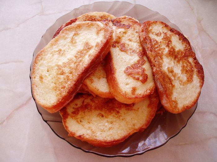 Гренки из белого хлеба с яйцом и миндалем