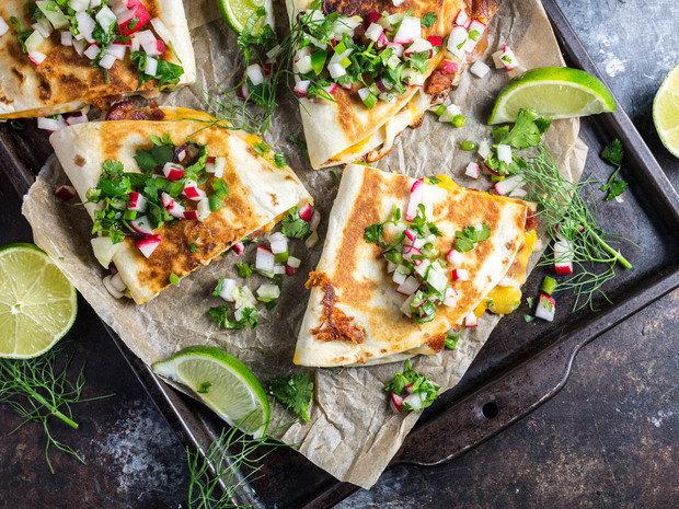 Мексиканские лепешки с сыром и колбасой