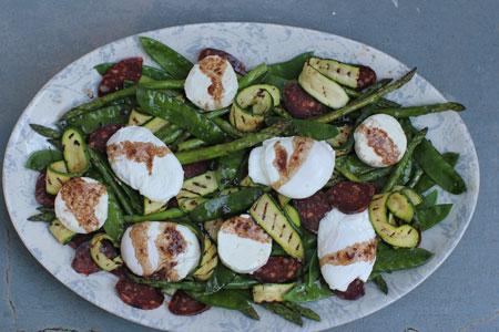 Теплый салат со спаржей, цукини, зеленым горошком и яйцом пашот
