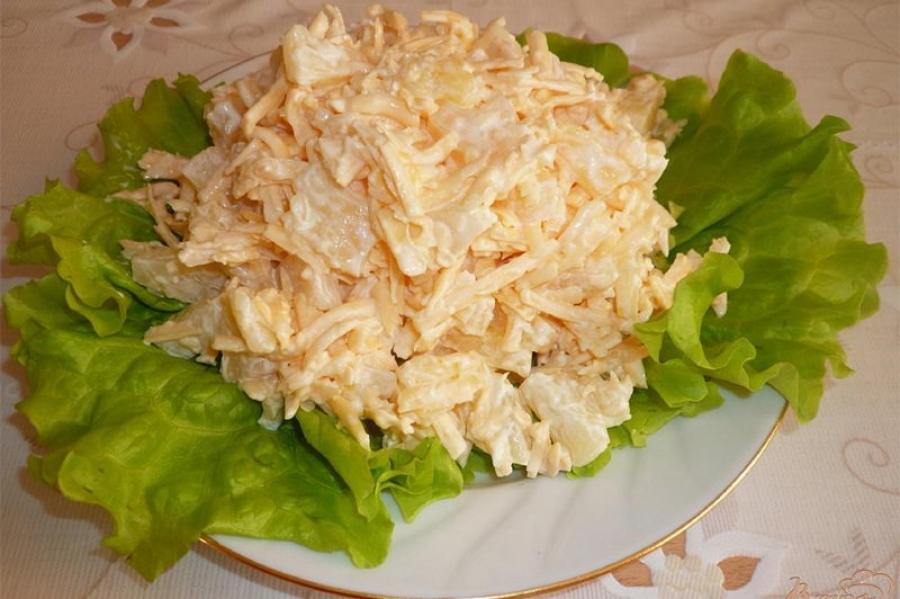 Салат из ананасов с сыром и чесноком