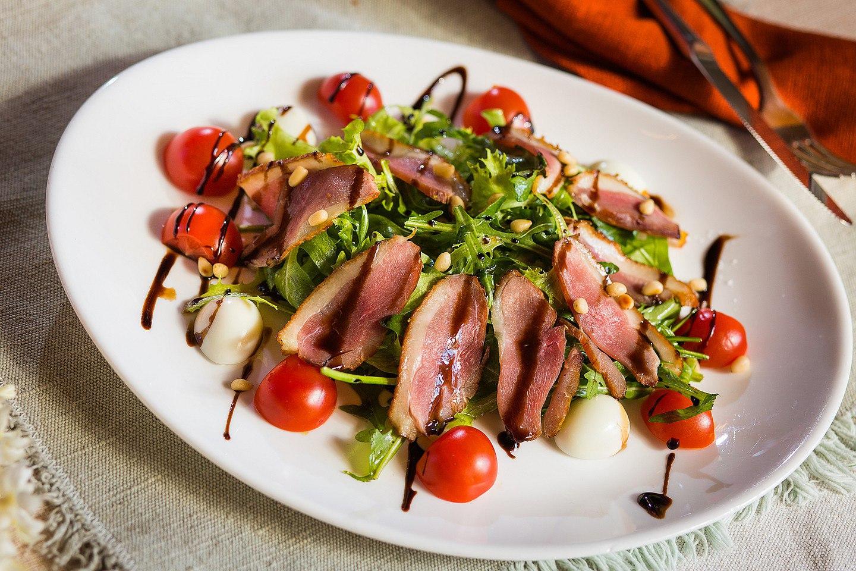 Салат с уткой, помидорами и зеленью