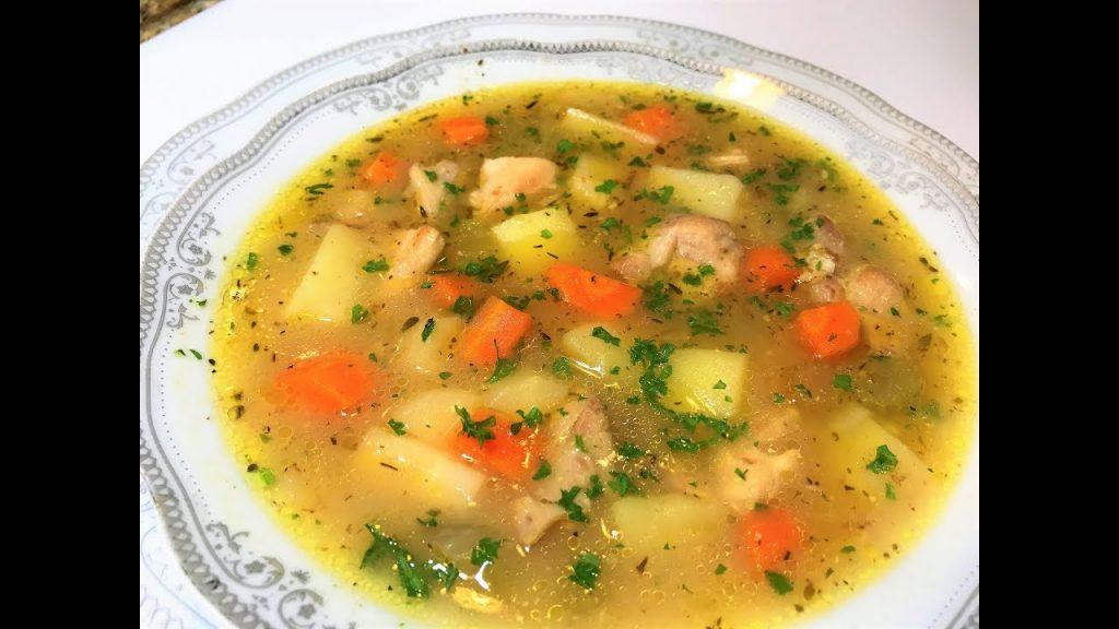 Если вы варили бульон на крылышках или голенях, их можно оставить целыми в супе, не отделяя мясо от костей.