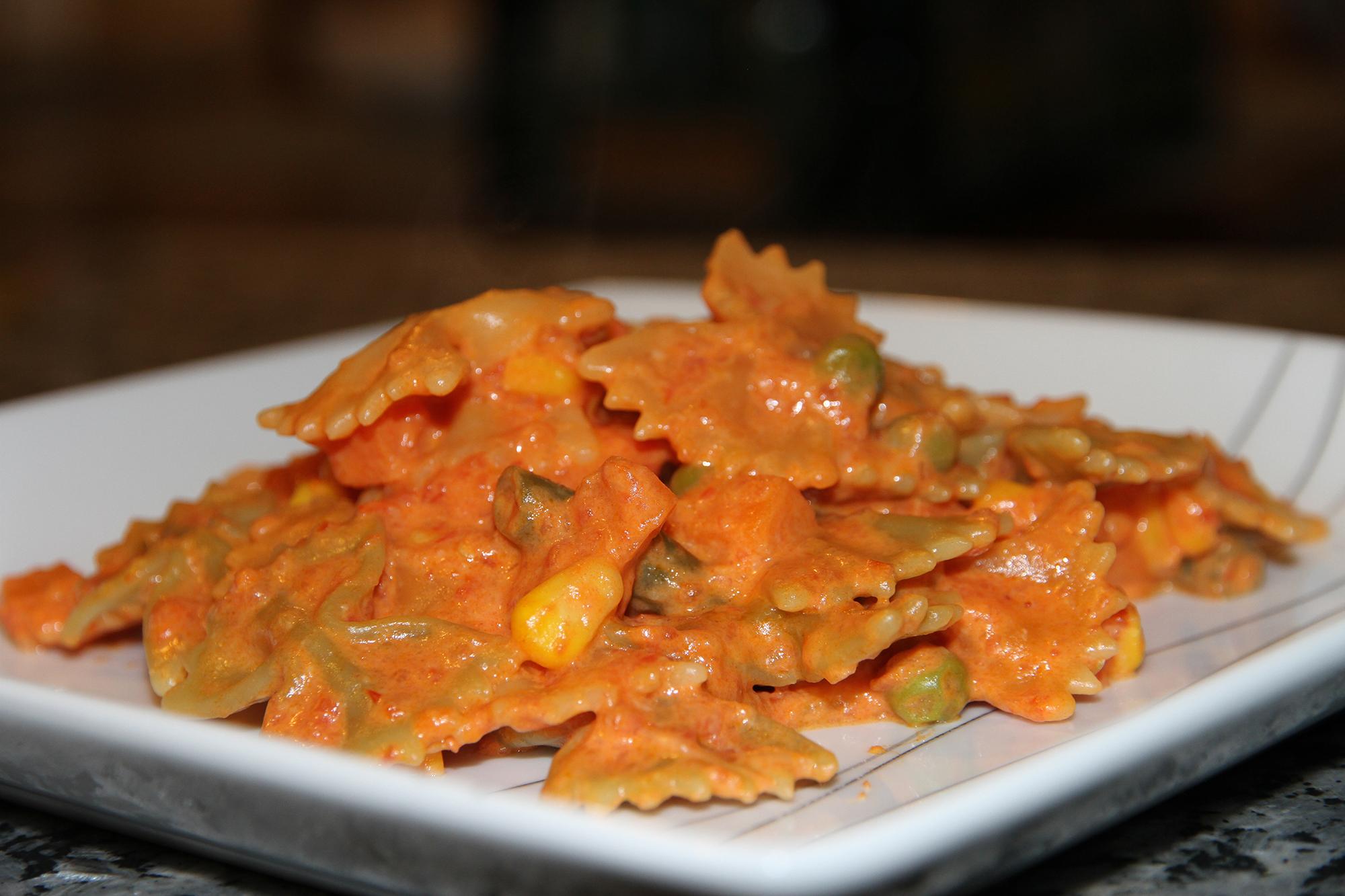 Паста в томатном соусе с овощами