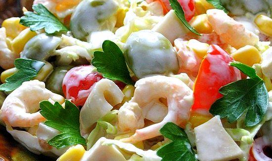 «Салат с креветками, кальмарами, оливками и кукурузой»