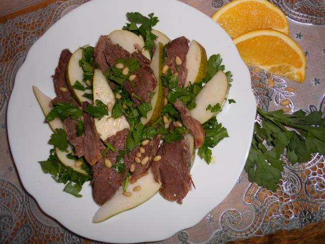 Теплый салат из утиной грудки, груши с кедровыми орешками