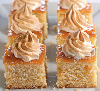 Сдобный пирог с абрикосовым джемом и сладкими облаками