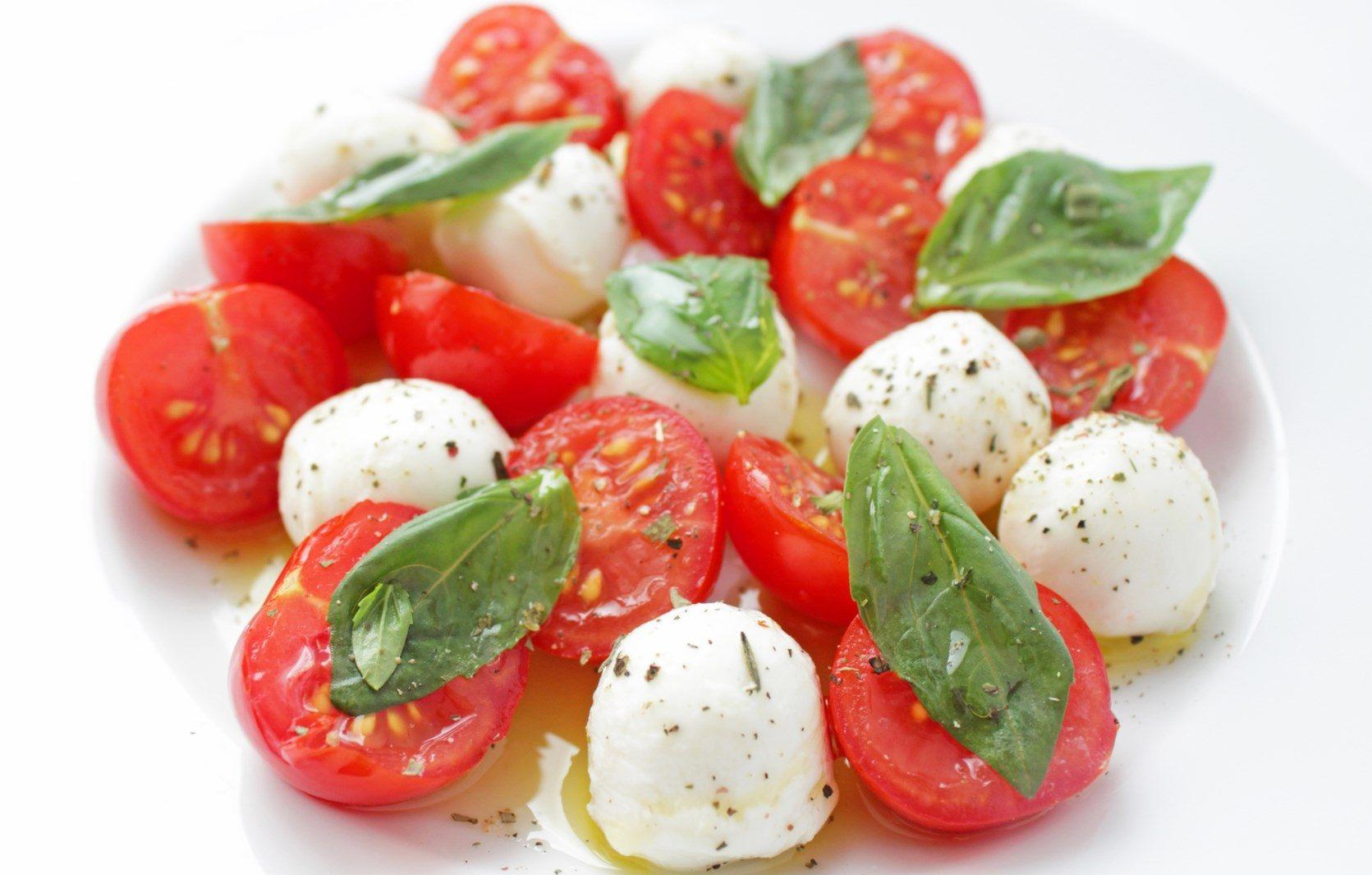 Салат томатный с моцареллой