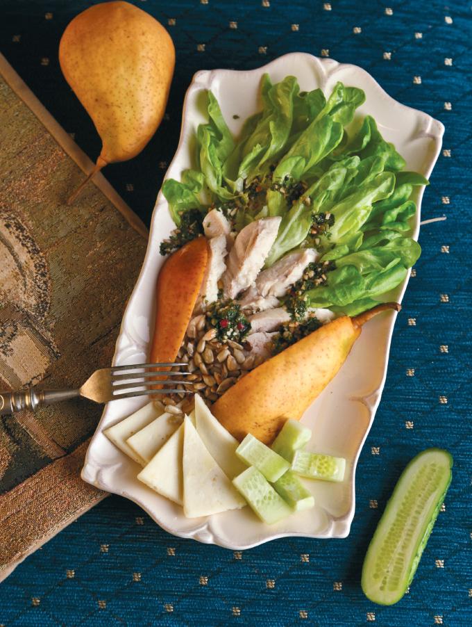 Салат с индейкой, козьим сыром и грушей