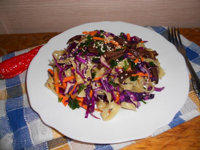 Салат из краснокочанной капусты с мясом птицы