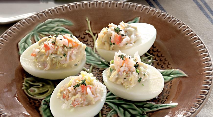 Фаршированные яйца с крабами в соусе равигот
