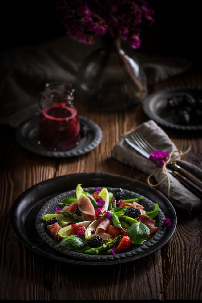Салат со спаржей, пармской ветчиной (хамоном) и ягодами