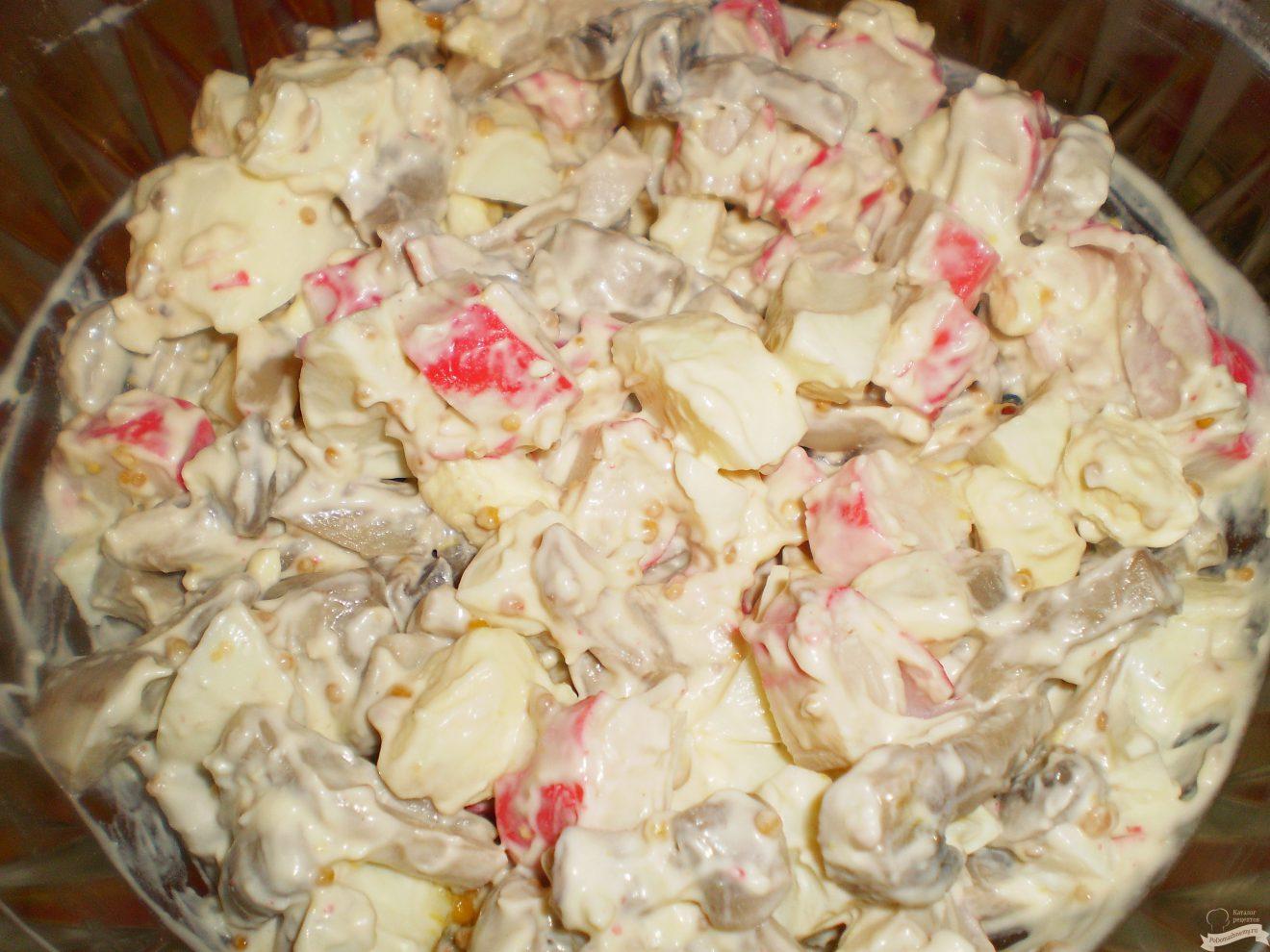 Пошаговый рецепт салата с шампиньонами и крабовыми палочками.