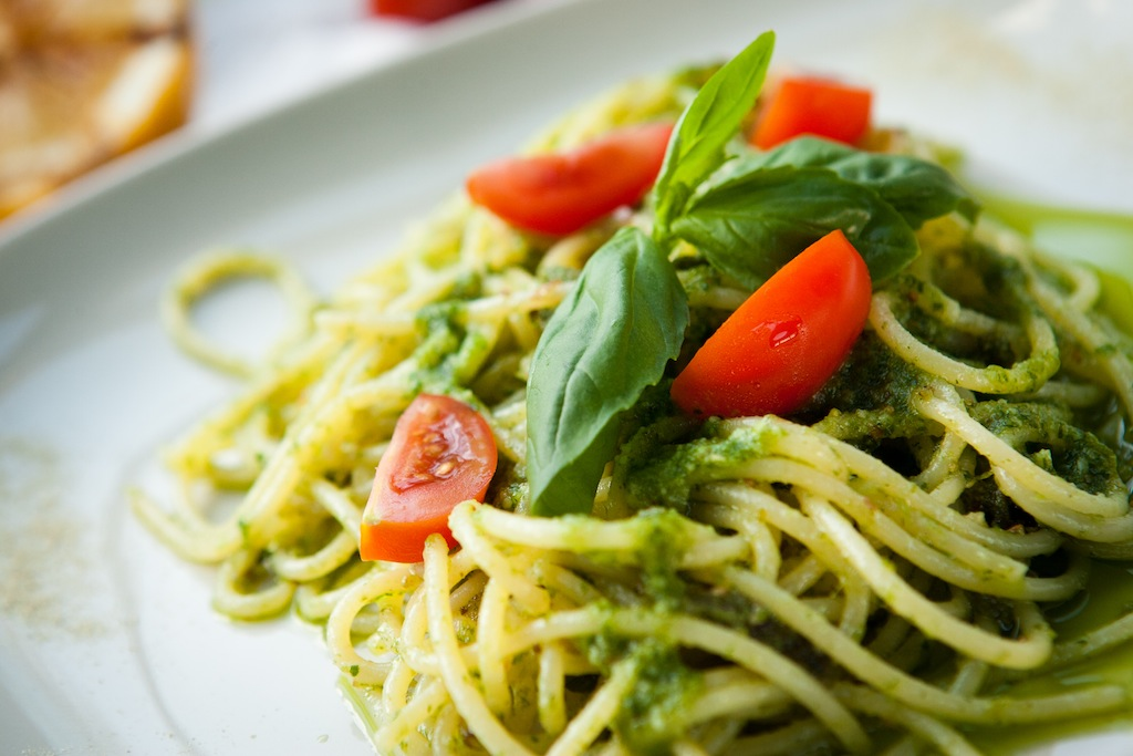 Спагетти с помидорами и соусом песто