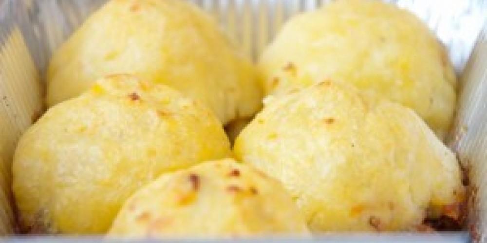Картофельные шарики с грибами и луковым соусом
