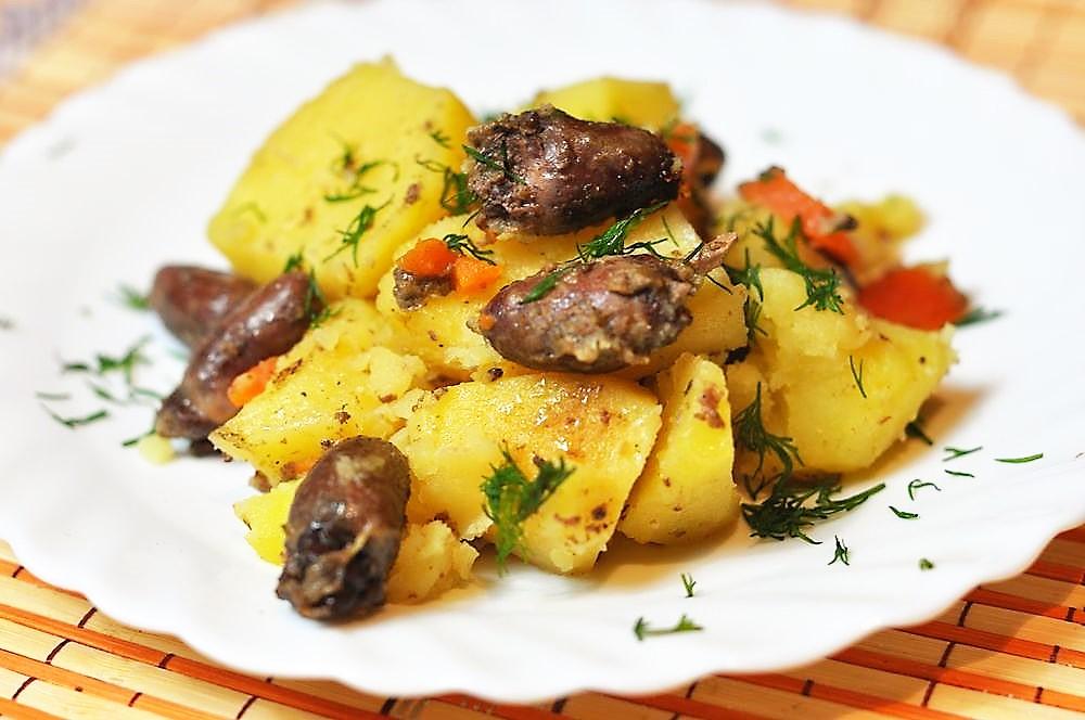 Куриные сердечки тушеные с картофелем