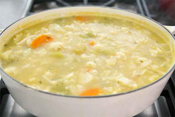 Суп-пюре из цветной капусты с клецками и голубым сыром