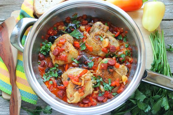 Готовим курицу по-испански: с томатами, вином и копчеными колбасками